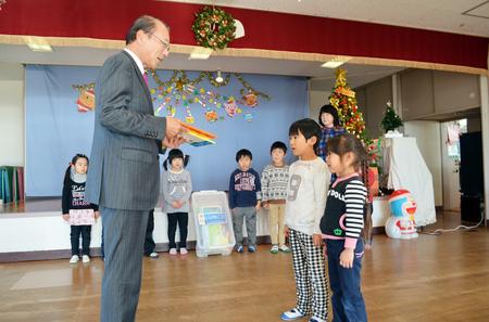 本を寄贈するいわき信用組合江尻理事長.JPG